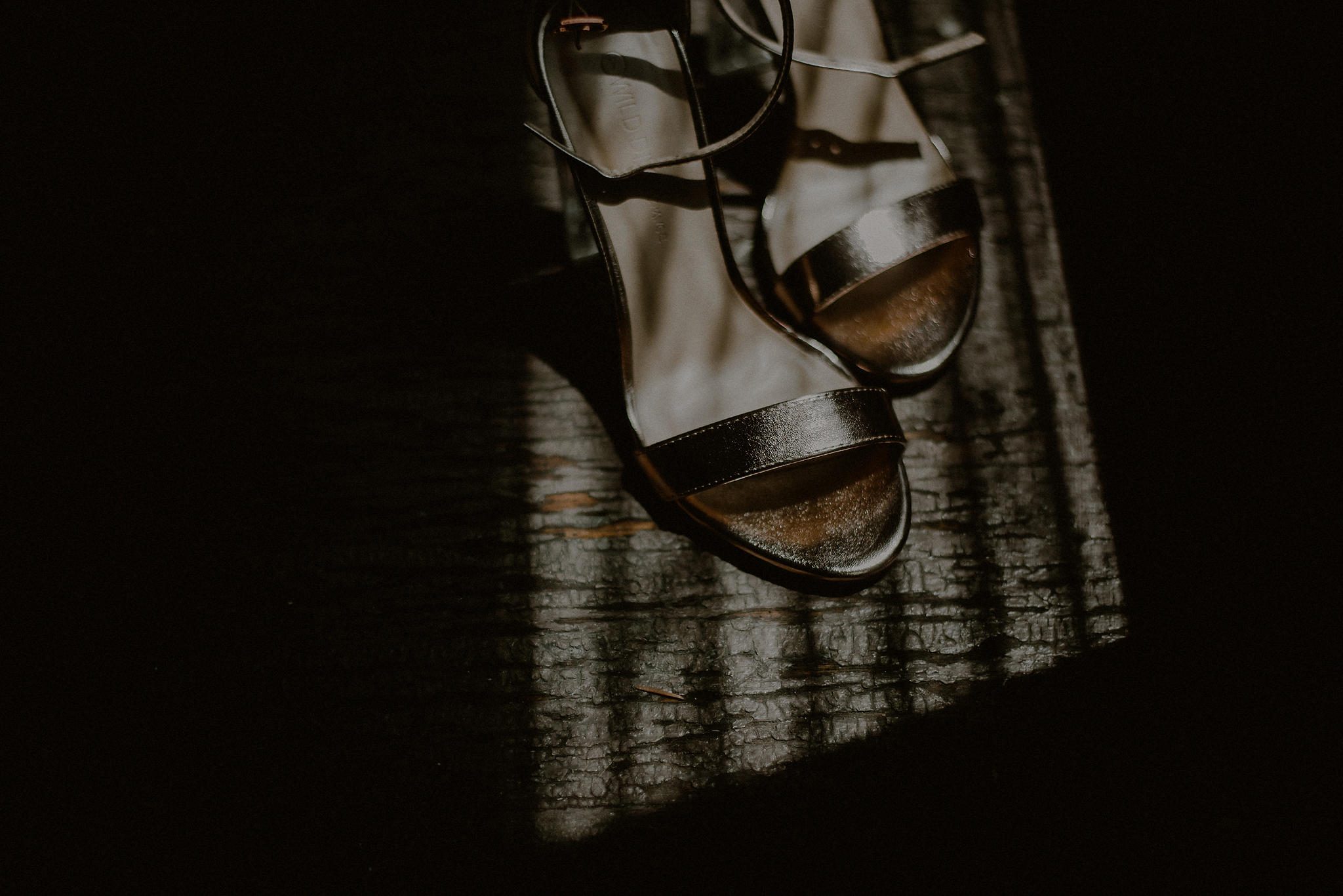 dramatic light wedding photos